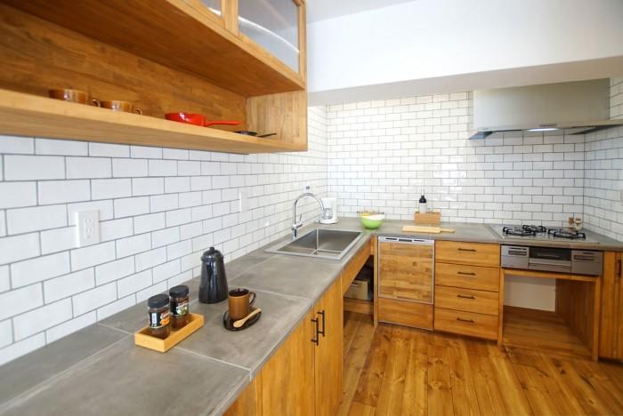 造作キッチンとカップボード。 コンロ右側はパントリー。