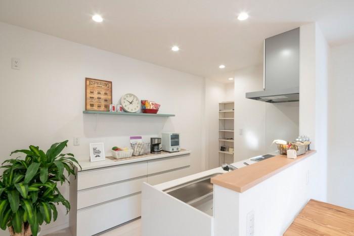 <キッチン> リビング・ダイニングを見渡せるように配置したキッチン。お子様が出かける時や、帰ってきた時にもキッチンから暖かく見守ることができます。