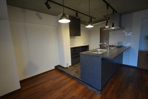 キッチンの床をスキップにした事で、立体感のあるオシャレな空間を演出できました♪