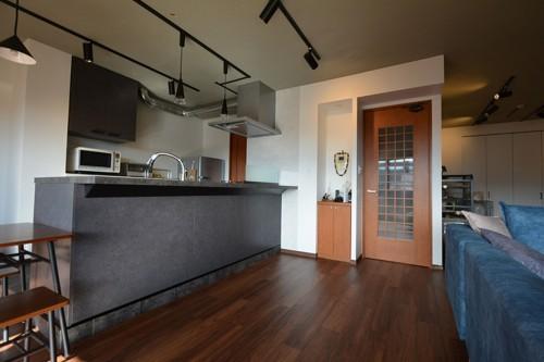落ち着いたトーンのキッチンと床の組み合わせは、とっても高級感がありますね。