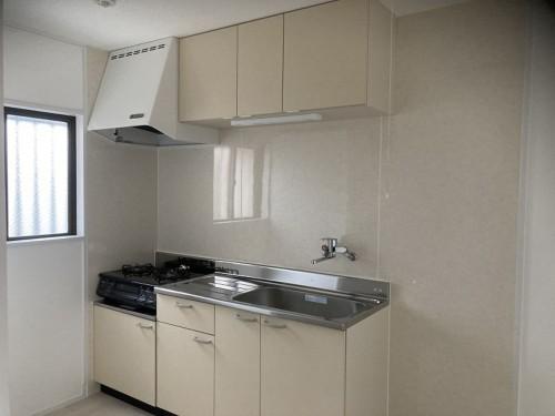 キッチンも交換しました。 壁はタイル張りでしたが、キッチンパネルにすることにより、お掃除も簡単になりました!