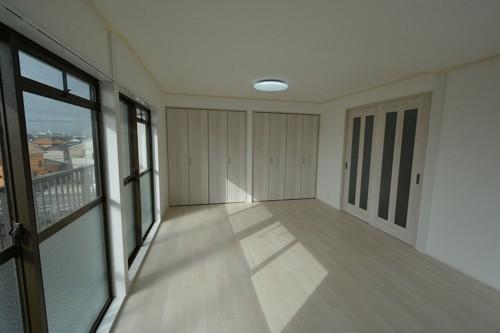 床は木目調のクッションフロアに貼替えています。 白木目の建具との相性も良く、スッキリとした空間になりました♪