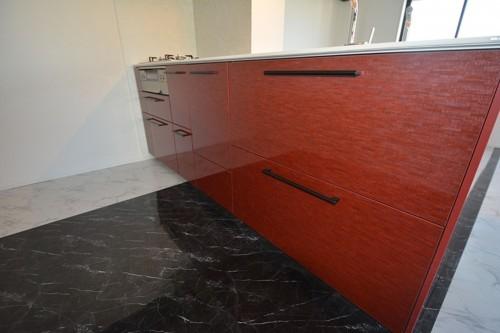 高級感のある真っ赤なラウンドキッチンがお部屋のアクセントに♪