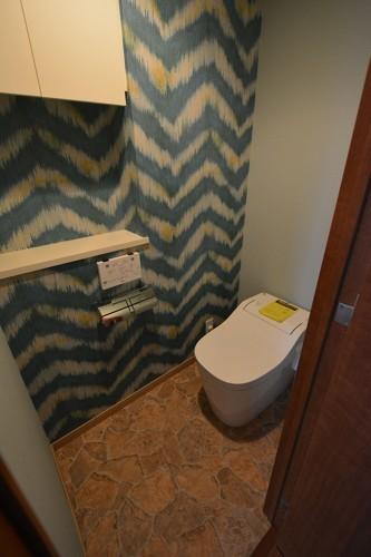 トイレも1面だけアクセントクロスにすることで、より一層おしゃれな空間になりました。