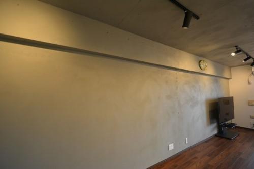 クロス(壁紙)ではなく、『ポーターズペイント』という塗装しています。敢えてムラをつくることによって、夜になるとライティングレールから照射されるスポットライトで陰影が現れます。