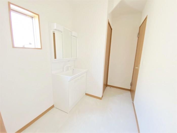 2.5帖の洗面所です。 収納付きなので新たに棚などを用意する必要もありません。 洗濯機を置いてもゆとりのスペースあり!