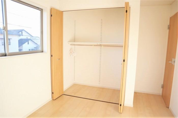 居室は全室収納つきのため広々とお使いいただけます!ポールと棚もあらかじめ備え付けられているので入居後すぐにお使いいただけます!